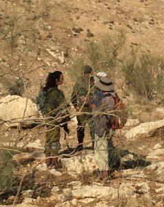 Mahyoub und ein Vertreter von Ta'ayush im Gespräch mit dem Militär. ©EAPPI
