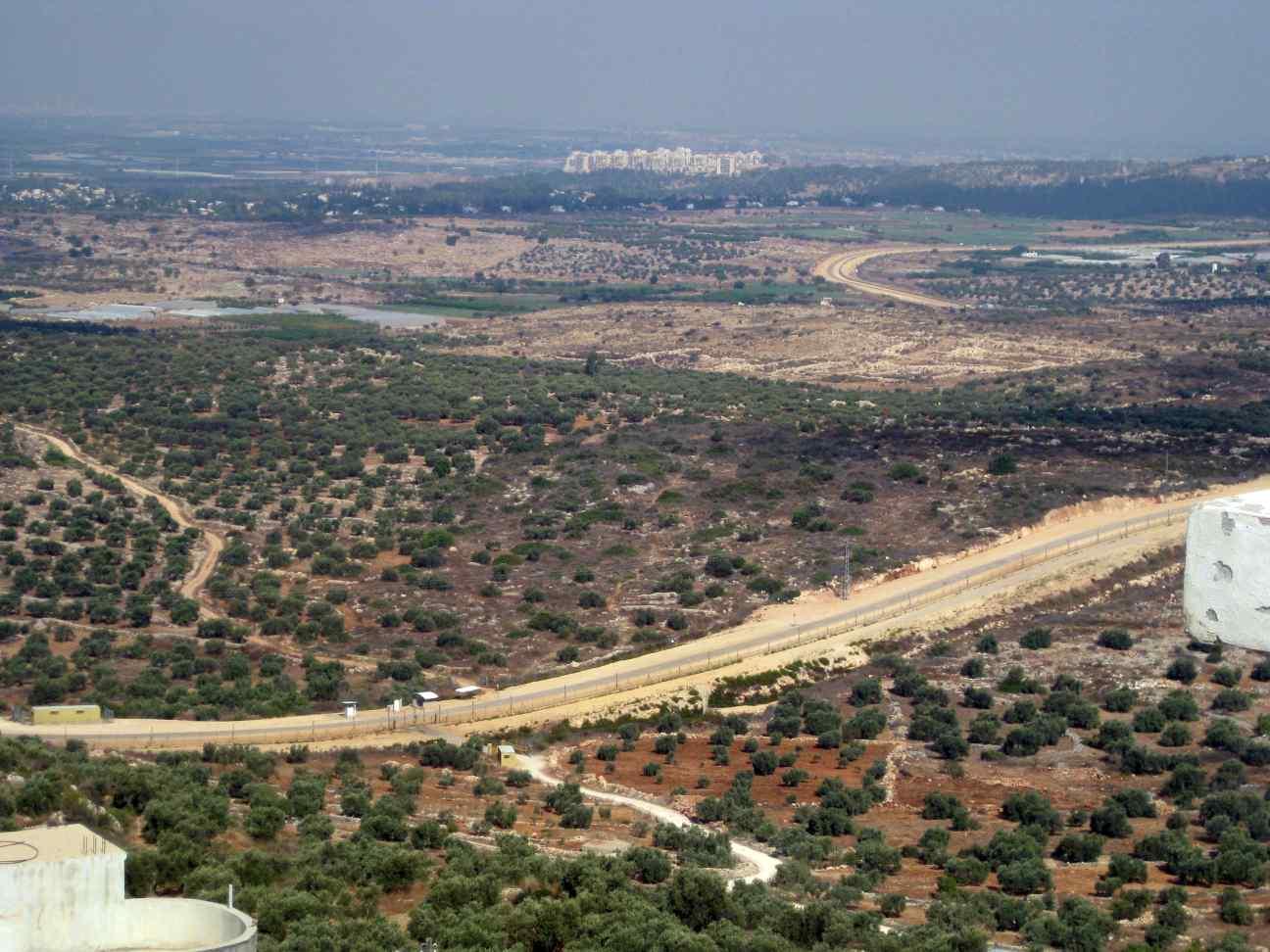 Jayyous - Blick vom Ort auf die Sperranlage