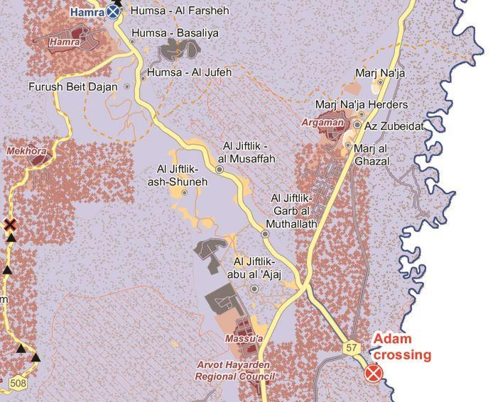 Karte © UNOCHA. In unmittelbarer Nähe der Gemeinde Al Jiftlik befindet sich eine große israelische Militärbasis (grau), Trainings- und Schießgelände (grau gepunktet), mehrere israelische Siedlungen (weinrot) und der Checkpoint Hamra (blau).