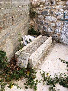 Beschädigtes muslimisches Grab am Eingang zu Nuns Grabmal; ©EAPPI