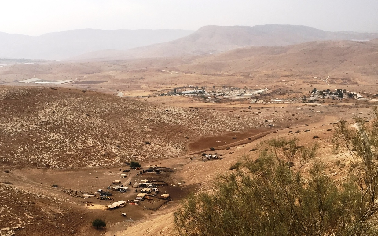 Die Gemeinde Khirbet Samra im Vordergrund, dahinter eine naheliegende Militärbasis; Foto © EAPPI (aufgenommen 2017)