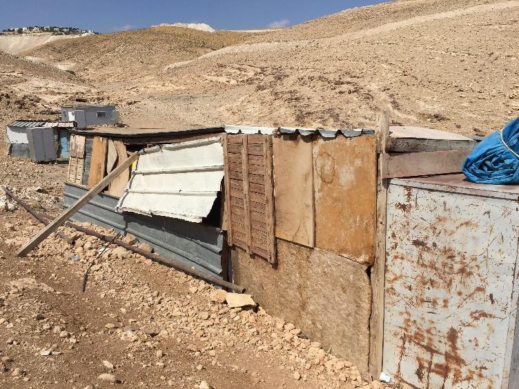 Khan al Ahmar, im Hintergrund eine jüdische Siedlung