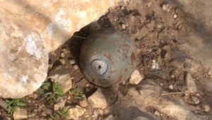 Nicht explodierte Blendgranate mit scharfem Zünder, gefunden in Khirbet Samra; © EAPPI