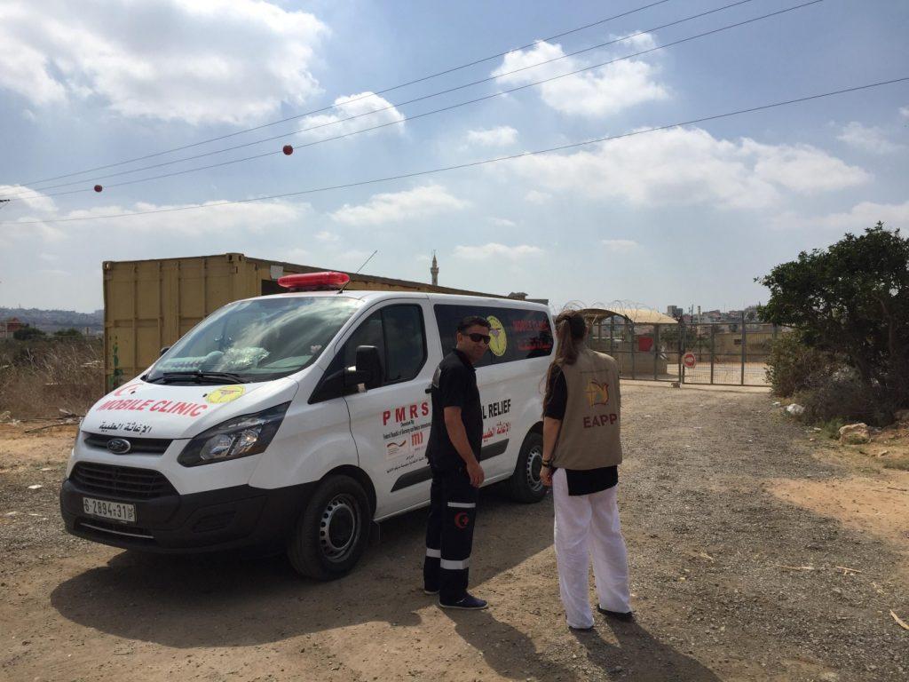 EA und Fahrer der Mobile Clinic auf der SeamZone-Seite des Habla-Gates (Photo: EAPPI)