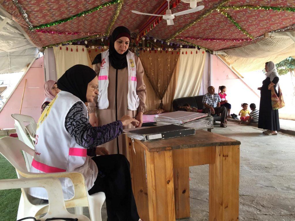 Mobile Clinic Team in Ramadin al-Janubi im Behandlungszelt bei der Arbeit (Photo: EAPPI)