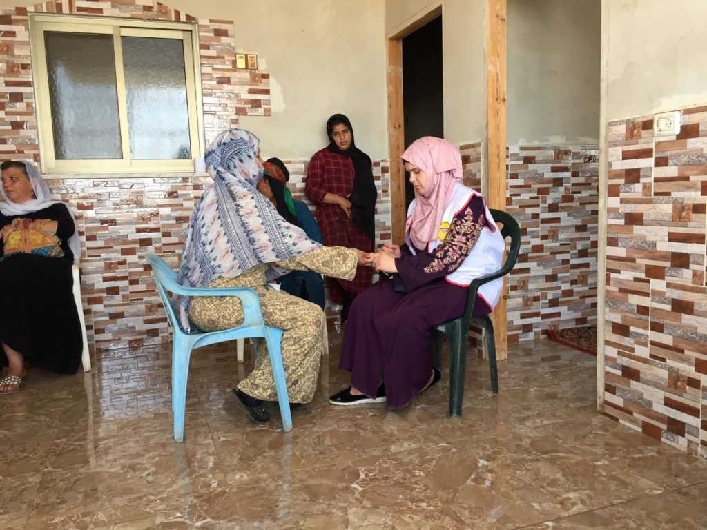 Mobile Clinic Team bei der Behandlung von Patientinnen in Abu Farda (Photo: EAPPI)