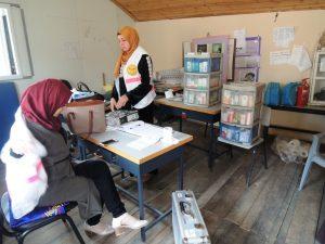 In der Grundschule von Arab ar Ramadin al Janoubi wird die mobile Praxis aufgebaut; © EAPPI