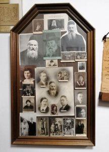 Rabbi Elchonon Wassermann und seine Familie, Bildersammlung in der Yeshiva Ohr Elchonon; Foto © EAPPI