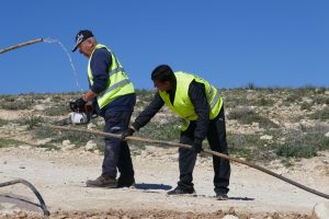 Arbeiter durchtrennen die Wasserleitungen in Masafer Yatta; Foto © EAPPI