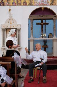 Abu Jad Saba Yosef Salem mit Schwester Maria Esther vom Kloster Stella Maris vor der Ikonostase der Sankt‐Jacobs‐Kirche in Ma'Alul; Foto @EAPPI
