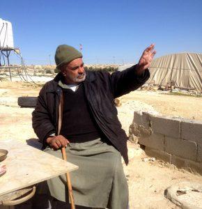 Mohammed Nasser Al Nawaja zeigt in Richtung der Siedlung Susya