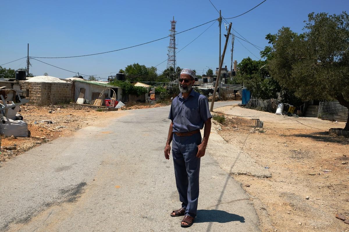 Mit ruhigem Stolz: Aeed Barakat auf der neuen Straße von Nabi Samwil. Foto © EAPPI