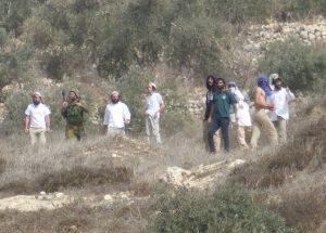 Siedler aus Yitzhar greifen Bauern in Burin mit Steinen an, ein Soldat steht dabei, schreitet aber nicht ein; © EAPPI