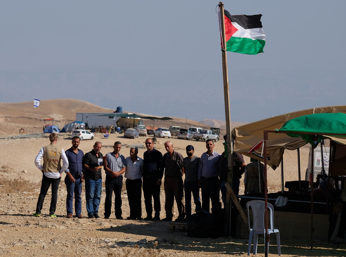 Spannungsgeladen: Vorn das Protestzelt der Palästinenser aus Sawahre Al-Sharqiya, hinten der neue Outpost, der Grundstein einer künftigen israelischen Siedlung im besetzten Westjordanland. Foto © EAPPI