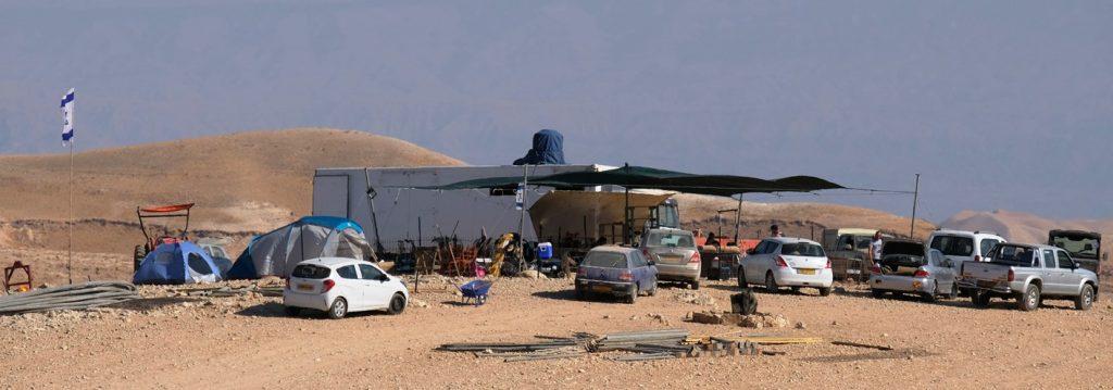 Unversehrt, anders als das palästinensische Protestzelt - der Außenposten der Siedler. Foto © EAPPI