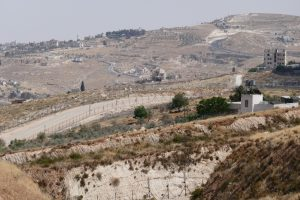 Blick von An Nu'man in Richtung Bethlehem, im Vordergrund die Trennbarriere