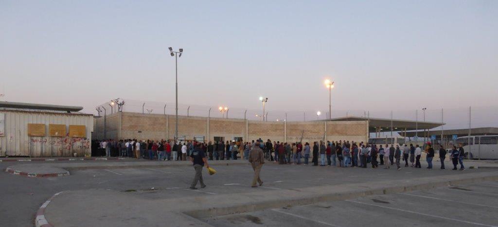 Jeden Morgen stehen palästinensische Arbeiter am Checkpoint Qalandia teilweise stundenlang an, um zu ihren Arbeitsplätzen in Jerusalem und Israel zu kommen