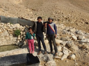 Die Kinder des Beduinenortes Al Qarzaliya bei Jiftlik zeigen uns stolz die kleine Quelle, aus der sie für sich und die Tiere Wasser schöpfen können. Das kleine Wasserverbindungsrohr (rechts im Bild), das zu den Zelten führte, wurde zusammen mit den Zelten der Beduinen am 4.3.2015 vollständig zerstört