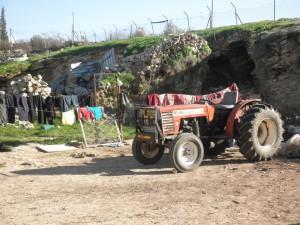 Der Traktor der Familie, im Hintergrund der Zaun zur Siedlung Mezadot Yehuda