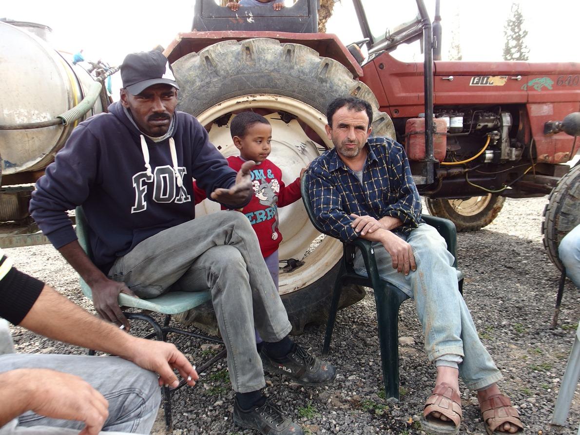 Khaled (links) und Mohammad, zwei Bauern in Al Jiftlik, haben das Ernten der Zucchini kurz unterbrochen, um mit uns zu sprechen. Ab Juni (bis September) werden sie aufhören müssen zu arbeiten, weil kein Wasser für die Felder mehr vorhanden sein wird.