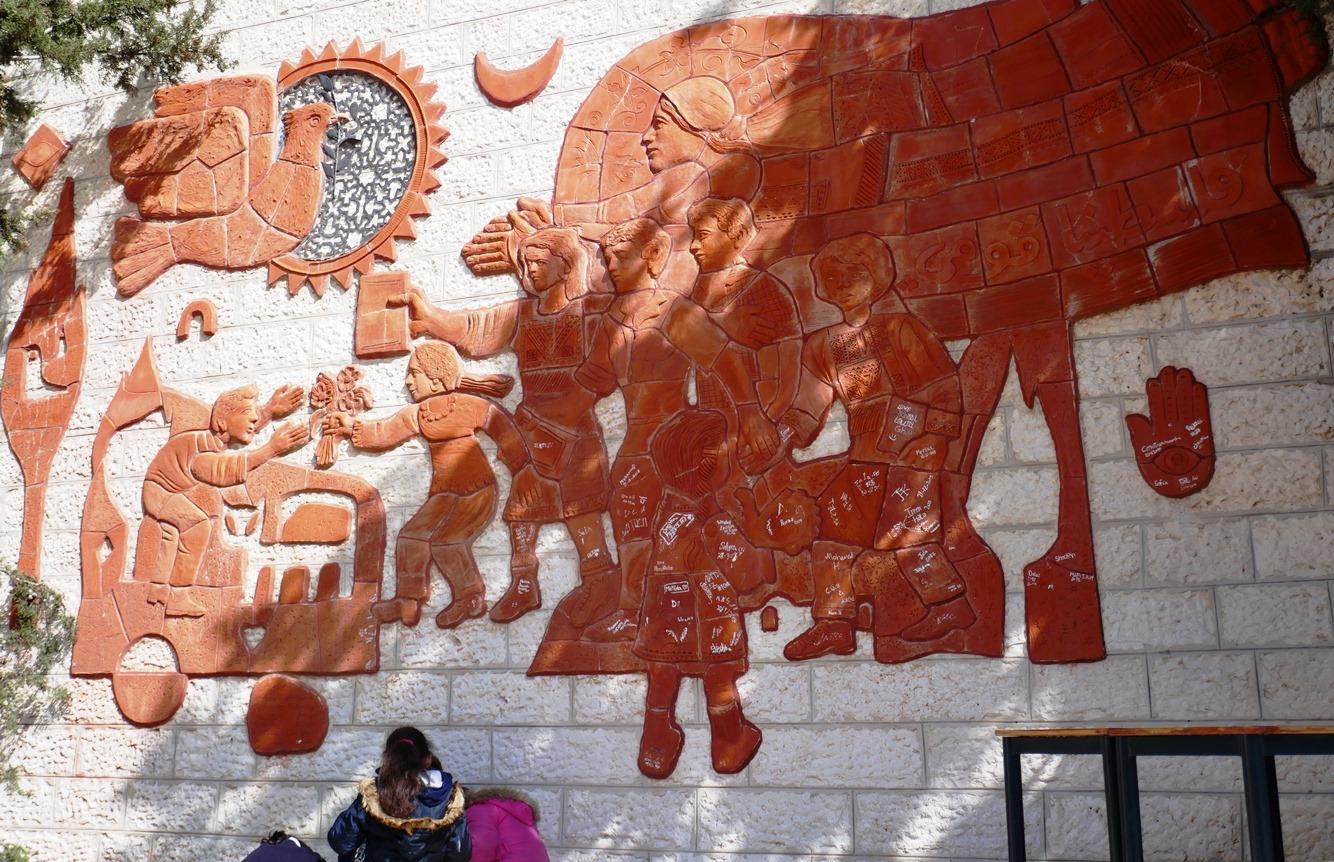 Kunstwerk von Sliman Mansour an der Schule Talitha Kumi; Foto © EAPPI