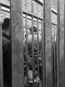 Ein kleiner Junge wartet geduldig mit seinem Vater in einem der Gittergänge.