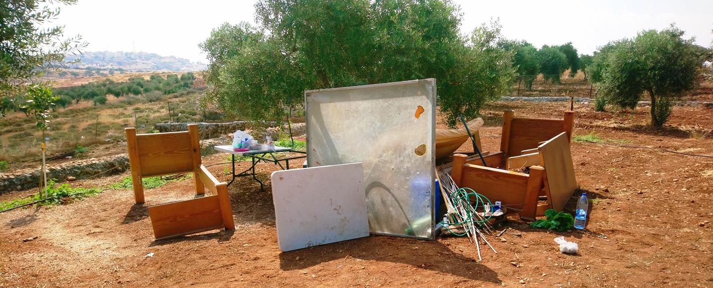 Die persönlichen Gegenstände des Farmers wurden vor dem Abriss aus der Hütte geräumt. Foto © EAPPI