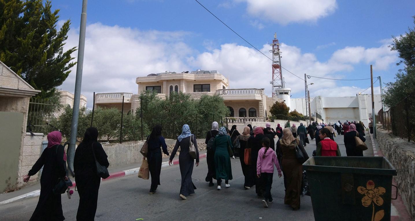 Frauen auf dem Weg zum Checkpoint 300 in Bethlehem; Foto © EAPPI