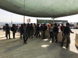 Zurückgewiesene junge Männer am Qalandia Checkpoint; Foto © EAPPI