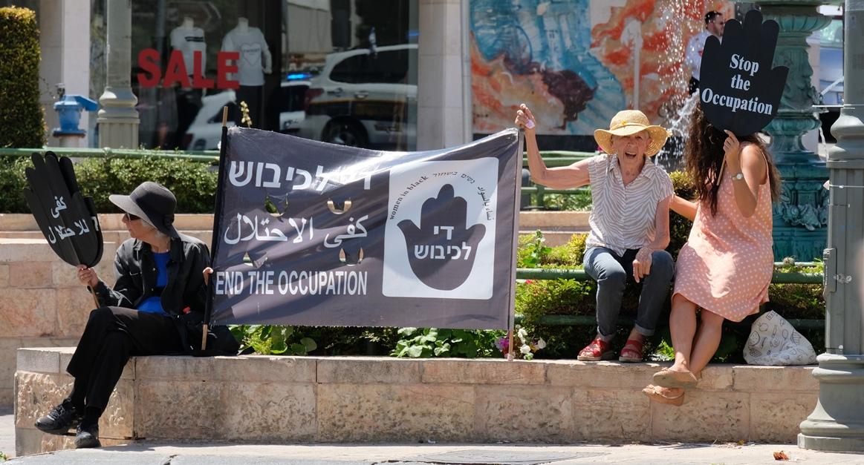 """Seit mehr als 30 Jahren jeden Freitag auf dem Pariser Platz – die """"Women in Black"""" in Jerusalem. Foto © EAPPI"""
