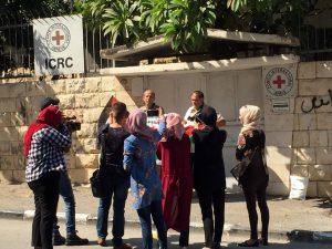 Mahnwache vor dem Eingang des ICRC in Tulkarem (Photo: EAPPI)