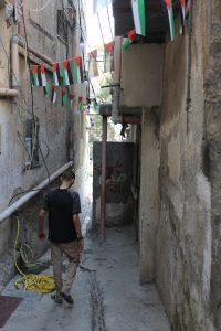 Mohammad (18) in einer Gasse vor seinem Elternhaus im Nur Shams Camp (Photo: EAPPI)