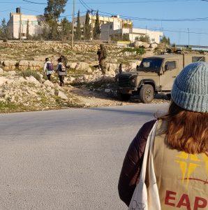 Ökumenische Begleiterin beobachtet den Schulweg der Kinder in Tuqu', südlich von Bethlehem; Foto © EAPPI
