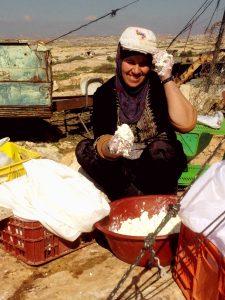 Samiha beim Herstellen von Ziegenkäse vor ihrem Wohnzelt