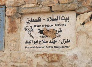 Das zerstörte Schild an Muhammads Haus zeugt von einem Übergriff durch Siedler; © EAPPI