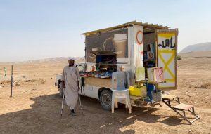 """Suleman und sein """"Kaffee und Snacks""""- Auto am Straßenrand; Foto © EAPPI"""