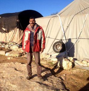 Ahmad vor seinem Haus in Susiya, das ebenfalls geräumt werden soll