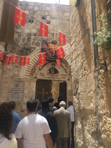 Einlass zum Gottesdienst der Syrisch-Orthodoxen Kirche