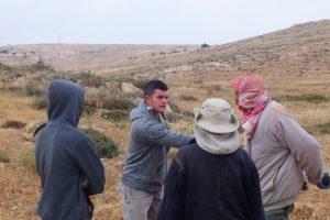 Ein Siedler vom Außenposten Nof Nesher (Mitte) konfrontiert die Farmer © EAPPI