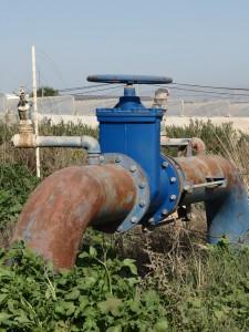 Große Wasserrohre führen zu den Feldern israelischer Siedlungen.