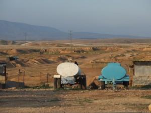 Wassertanks auf kargem Land.