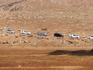 Der Konvoi von Fahrzeugen kommt aus der Richtung von Rasheds Land; ©EAPPI