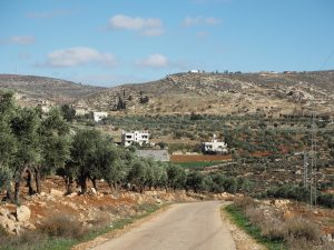 Auf dem Weg nach Lower Yanoun mit Blick auf Hill 777 mit zwei neuen Container an der Spitze; ©EAPPI