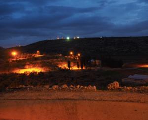 """Foto aufgenommen in Upper Yanoun mit Blick auf den gegenüber liegenden Außenposten """"Hill 777"""" mit Fluchtlichtern; © EAPPI"""