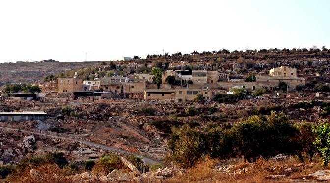Auf den Hügeln oberhalb des Dorfes Yanoun ist einer der Außenposten der Siedlung Itamar zu erkennen; ©EAPPI