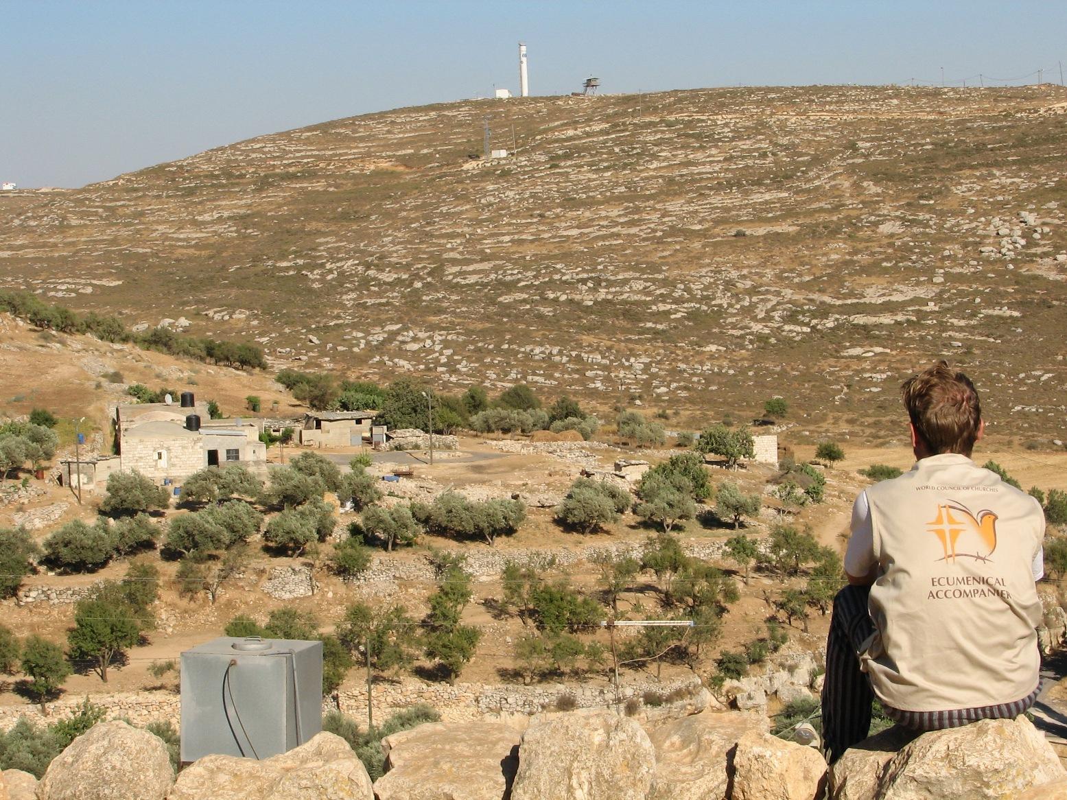Blick auf Yanoun und die israelische Siedlung auf dem Hügel