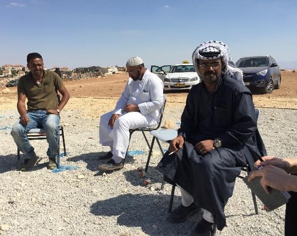 Dahud Jalin Abu Hamad (rechts) berät mit  Dorfbewohnern, wie es nun weitergehen soll.