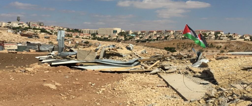 Zerstörter Klassenraum in Abu Nwar