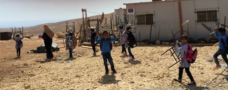 Schulkinder retten die Stühle aus den Trümmern