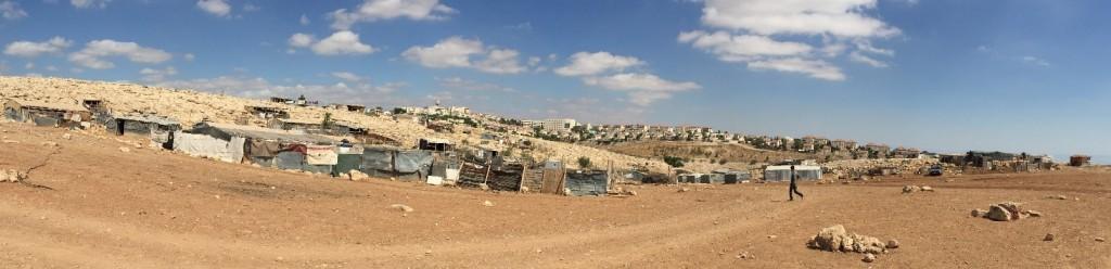 Die Beduinengemeinde Abu Nwar, im Hintergrund die jüdische Siedlung Maale Adumim